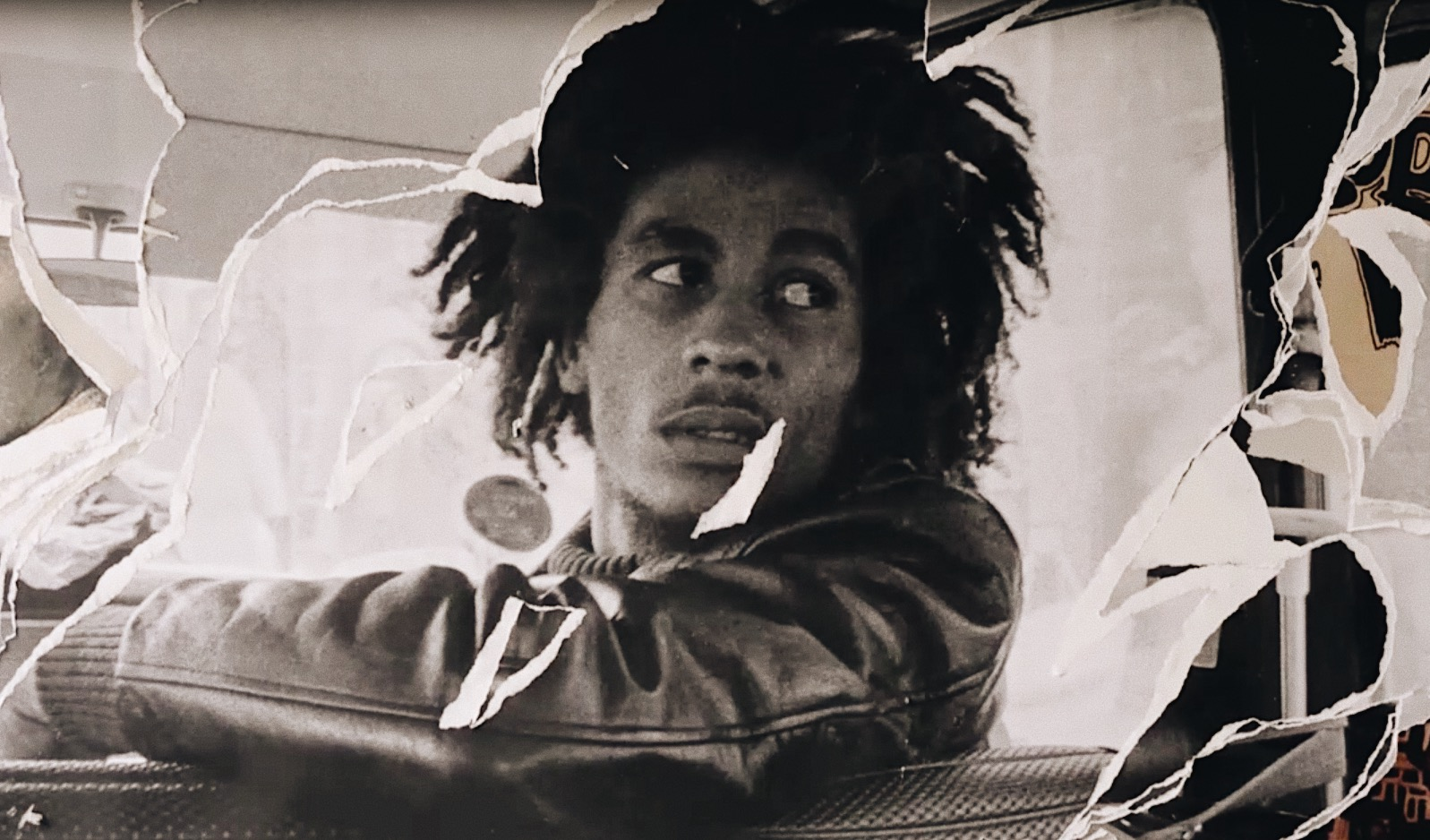 Der Film zeigt Marley nicht als strahlenden Helden. Besonders in den 70er Jahren, als Jamaika kurz vor einem Bürgerkrieg steht, irrt dieser Mann, der in seiner Musik immer richtig und falsch benennt, durch sein Leben. Nicht nur von Frau zu Frau. Er ist mit Politikern befreundet, deren Unmoral er in seinen Songs geißelt. Er duldet Gangster in seinem Umfeld, obwohl er Gewaltlosigkeit predigt. Am Ende stirbt er, weil er sich kraft seines Glaubens weigert, die Krebserkrankung ernst zu nehmen.