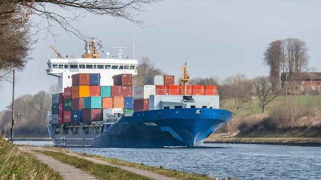 foto hanyalah ilustrasi kapal kontainer