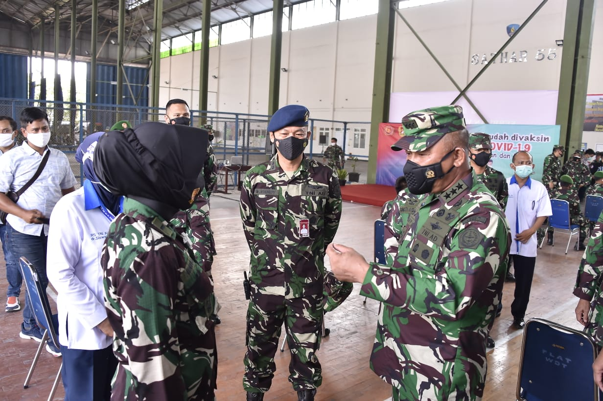 Kasum TNI Tinjau Pelaksanaan Vaksinasi Covid-19 Terhadap Babinsa dan Babinpotdirga di Solo
