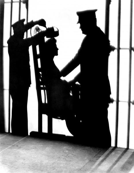 La crepa nel muro la fantasia del boia tutti i modi per for Morte con sedia elettrica