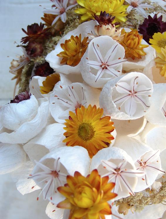 Asfodelo e fiori di carta per un centrotavola ecologico bianco,  Alessandra Fabre Repetto