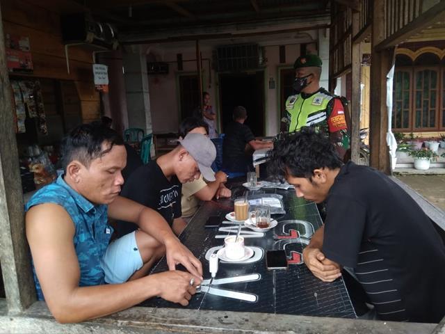 Lewat Komsos Personel Jajaran Kodim 0207/Simalungun Edukasi Covid-19 Kepada Warga