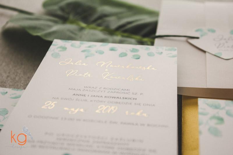 transparentne, złocone, zielone listki, eukaliptus, akwarelowe, błyszczące zaproszenia, zielono-złote, nietypowe zaproszenie, oryginalne, botaniczne zaproszenia, roślinne, oryginalne wzory zaproszeń, złocone, błyszczące, metaliczne, przeźroczyste, transparentny folder, zaproszenie w folderze, serduszko, listki eukaliptusa