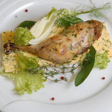 Tojásos csirkecomb saláta ágyon