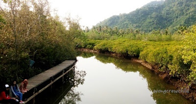 lokasi jembatan galau di pantai cengkrong