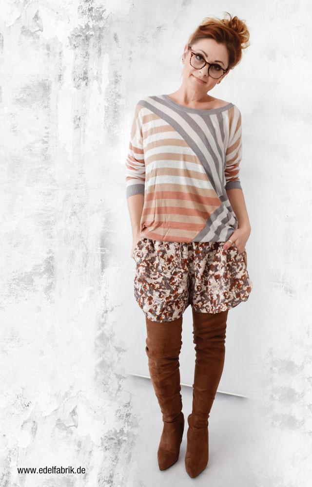 Camelfarbenen Overknees zu Shorts kombiniert