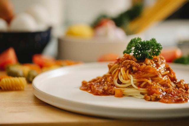 Plato de cerámica de color blanco con spaghetti a la boloñesa