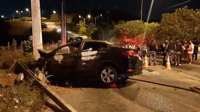 Carro dirigido por criminosos bate em poste e pega fogo durante perseguição policial em Natal