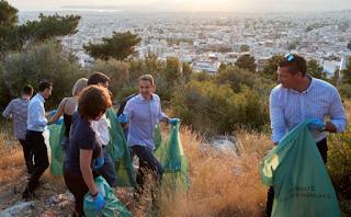 Ο Κυριάκος Μητσοτάκης μάζεψε σκουπίδια στον Υμηττό [pics]