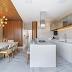 Cozinha contemporânea neutra com madeira ripada no teto e parede + ilha com porcelanato e pedra!