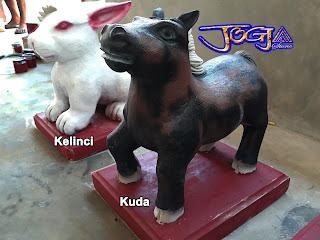 patung 12 (dua belas) shio dibuat dari batu alam paras jogja atau batu putih yang di cat