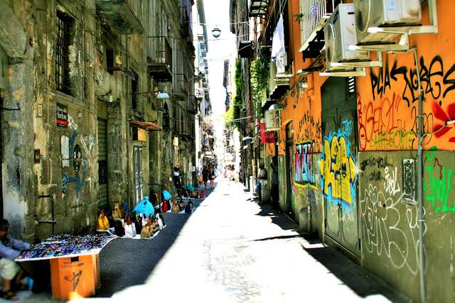Spaccanapoli, Napoli, strada, venditori, bancarelle, murales, disegni