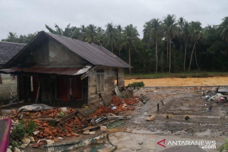 Banjir Hantakan, Desa Hancur, Lima Mayat Ditemukan, Butuh Bantuan Mendesak