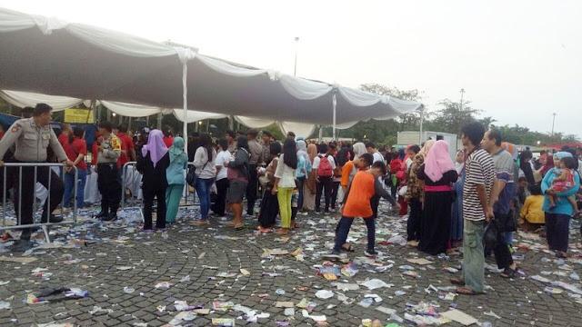 Sampah Berserakan di Monas Usai Acara Bagi-bagi Sembako