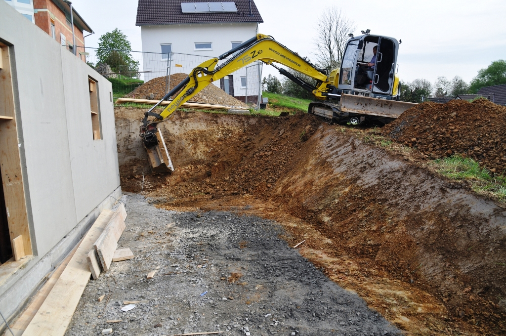 Haus bauen baustelle  Wir bauen ein Haus am Mühlberg: Tag 13 - Bagger & Beton