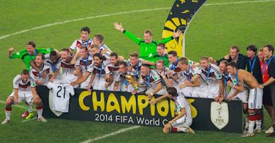Seleção alemã celebrando a conquista da Copa do Mundo FIFA de 2014 (Danilo Borges/Portal da Copa copa2014.gov.br Licença Creative Commons Atribuição 3.0 Brasil).