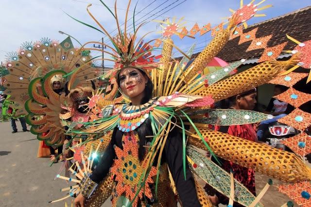 Karnaval busana bambu dalam Festival Bambu Gintangan.