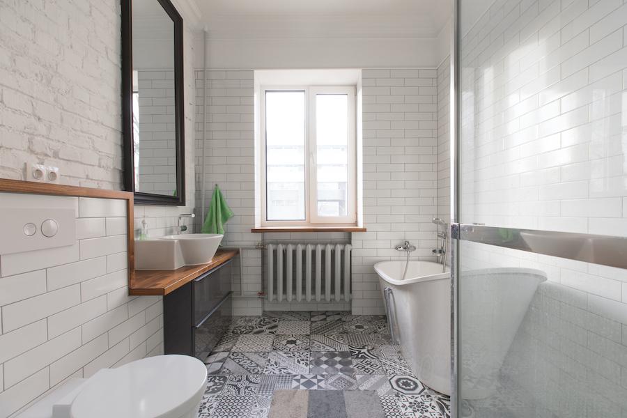Baño con bañera exenta y azulejo tipo metro