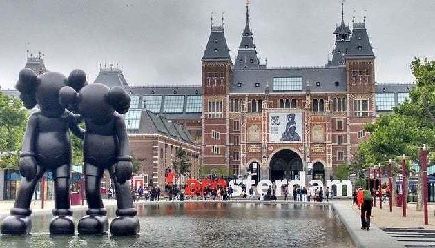 Amsterdam declares war on tourists