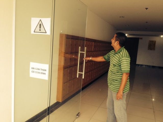 Cửa kính mới lắp tại tầng trệt của lô A1.1, chung cư Giai Việt (Q.8) - Ảnh: Ngọc Hà