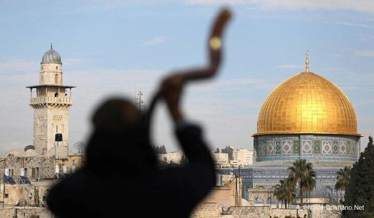 Tocando el shofar en Jerusalén