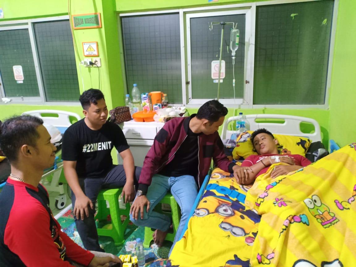 Rekannya Sakit, Personel Humas Polres Sinjai Kompak Jenguk Anggotanya