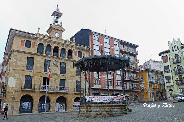 Plaza de Sabino Arana con ayuntamiento de Bermeo