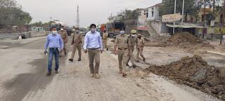अपर पुलिस महानिदेशक कानपुर जोन द्वारा लॉकडाउन के दृष्टिगत जनपद जालौन एवं कानपुर देहात (कालपी) बार्डर पर सुरक्षा व्यवस्था व पुलिस प्रबन्ध का जायजा लिया   Additional Director General of Police, Kanpur Zone, took stock of security arrangements and police management on district Jalaun and Kanpur countryside (Kalpi) border in view of lockdown     संवाददाता, Journalist Anil Prabhakar.                 www.upviral24.in