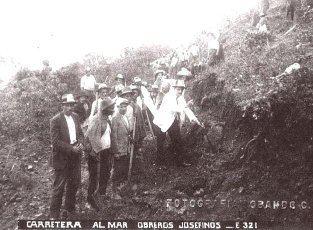 Obreros construyendo la Carretera Al Mar que conecta Medellín con el Urabá antioqueño