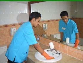 Gambar. Membersihkan wash basin dan wash basin table