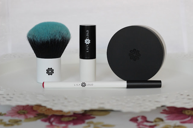 Recenzja kosmetyków ze strony Costasy - Lily Lolo