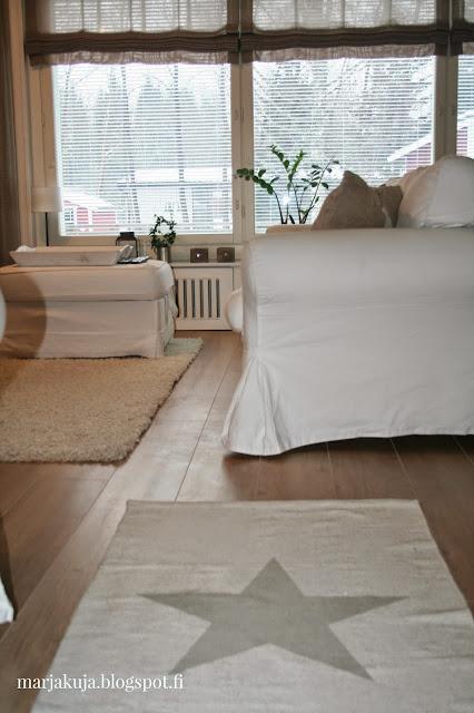 olohuoneen valkoinen ektorp sohva