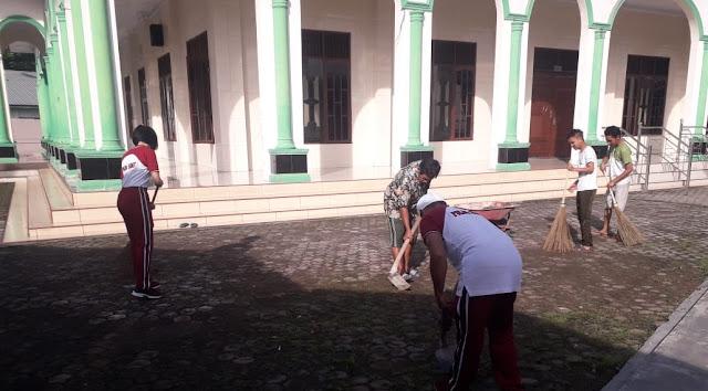 Sambut Hut Polri ke 73, Polisi Gotong Royong Bersihkan Masjid Al Mukhlisin