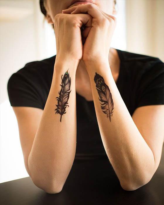 tatuaje de pluma femenino