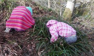 deti hrajúce sa schovávačku v lese