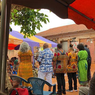 Kofi Gbolonyo en Dzodze dando la bienvenida a los participantes del IBMF con orígenes africanos.