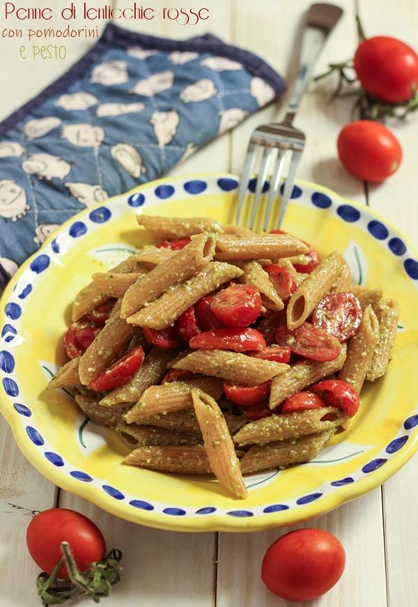 Penne di lenticchie rosse con pomodorini e pesto