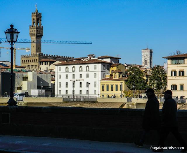 A torre do Palazzo Vecchio e do Campanário do Duomo de Florença vistos de Oltrarno