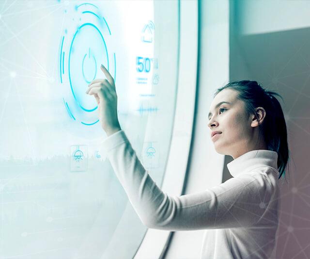 Mulher interagindo com uma tela tecnologica marketing digital