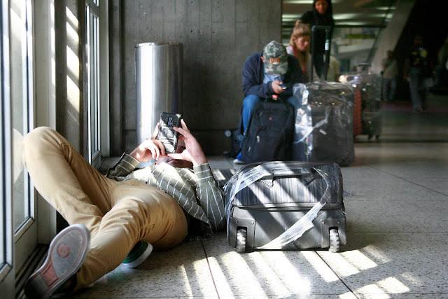 Pasajeros duermen en el aeropuerto esperando viajar a Curazao, Aruba y Bonaire