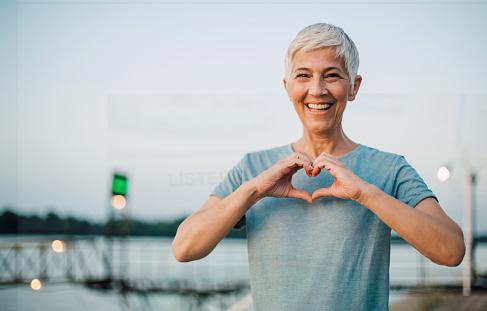 Penyakit Long QT Syndrome : Pengertian, Tanda dan Gejala, Penyebab, dan Faktor Risiko  Pengertian Long QT Syndrome  Long QT syndrome adalah penyakit jantung ketika sistem elektrik jantung menjadi abnormal. Dalam long QT syndrome, myocardial membutuhkan waktu lebih lama dari biasanya untuk mengisi ulang di antara denyut jantung. Penyakit ini mengganggu arus listrik di dalam jantung dan dapat sering terlihat di electrocardiogram (ECG) melalui interval berkepanjangan di antara gelombang Q dan T. Sindrom ini mengakibatkan tidak teraturnya detak jantung (arrythmia) dan dapat mematikan.  Tanda dan Gejala Long QT Syndrome  Tanda dan gejala long QT syndrome sering terkait dengan gangguan ritme jantung dan termasuk : Pingsan Mendadak Gejala ini muncul kerena jantung tidak cukup memompa darah menuju otak. Pingsan biasany menyerang ketika mengalami stress fisik atau emosional. Tenggelam Saat Berenang Penyebabnya adalah kehilangan kesadaran secara tiba-tiba. Serangan Jantung Mendadak Gejala ini mungkin dapat merenggut nyawa pasien dalam hitungan menit jika tidak mendapatkan perawatan secepatnya. Ini adalah gejala awal pada 1 dari 10 pasieng dengan Long QT Syndrome Gejala lainya adalah : Jantung terus berdetak sengat cepat Nafas pendek selama tidur karena detak jantung tidak teratus Kejang-kejang Terkadang Long QT Syndrome tidak ada tanda atau gejalanya. Maka, dokter sering menyarankan agar keluarga pasien dengan Long QT Syndrome diperiksa walaupun tidak ada satupun gejala untuk mencegah penyakit.  Penyebab Long QT Syndrome  Long QT Syndrome mungkin adalah penyakit turunan, yang penyebabnya adalah proses mutasi genetik pada sistem arus listrik jantung. Setidaknya 12 gen dan ratusan mutasi gen teridentifikasi terkait dengan Long QT Syndrome. Selain itu, Long QT Syndrome mungkin juga disebabkan oleh obat-obatan tertentu seperti quindine, procainamide, disopyramide, amiodarone, sotalol, obat antidepresi, antipsikotik, beberapa obat alergi, serta antibiotik macam erythromycin yang d