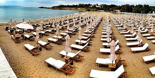 Δημοτικός σύμβουλος και ξενοδόχος είχε καταλάβει δημόσια παραλία με δεκάδες ξαπλώστρες