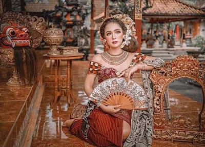 Raquel Katie Larkin Pakai Baju Adat Bali