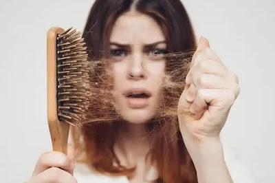 ما الذي يسبب تساقط الشعر بعد الولادة؟