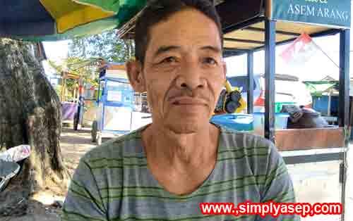 Mas Jamil sang penjual Es Dawet Semarang saat wawancara. Gambar di belakang adalah gerobak jualannya. Foto Asep Haryono