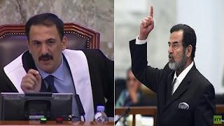 صورة كبيرة لصدام حسين داس عليها المعزون  في مجلس عزاء قاض حاكمه (صورة)