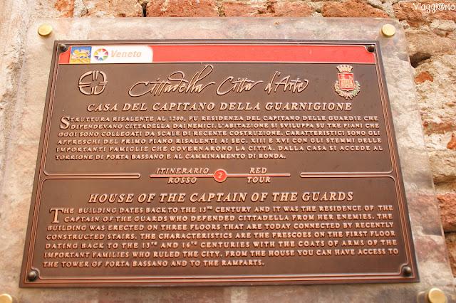 La casa del Capitano delle guardie, impegnati a difendere la porta