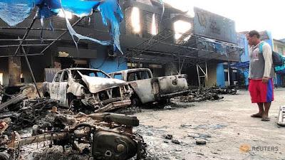Бен Фулфорд 9 сентября 2019 года - Исследование Военной академии США показывает 95-100% вероятность поражения хазарской мафии Man-looks-at-damaged-vehicles-in-front-of-indonesia-s-customs-and-excise-office-after-a-riot-in-jayapura-1