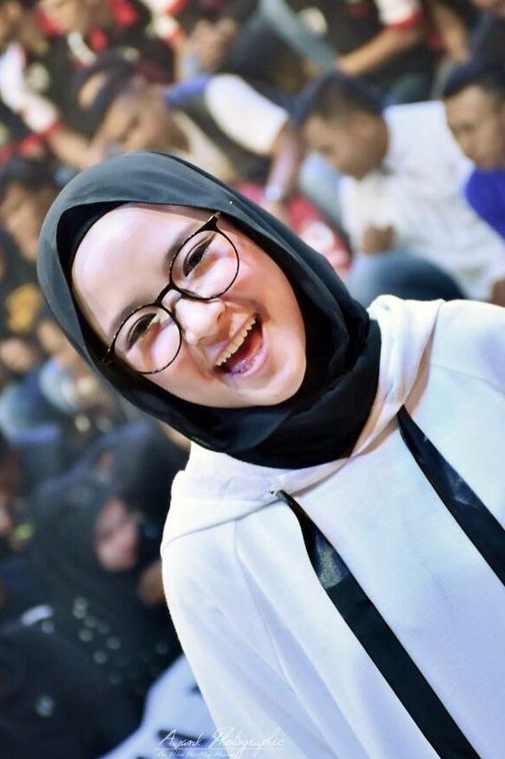 Cewek IGO Jilbab Kacamata akbar kancing
