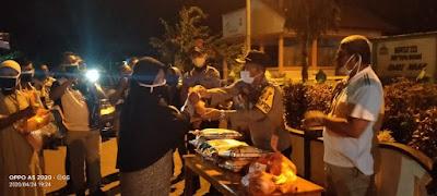 Wakapolres Malra Kompol Deni Ubro saat menyerahkan paket sembako